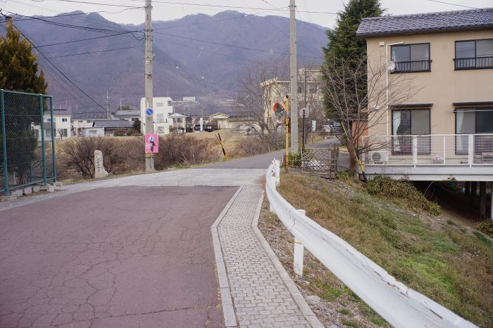 堤の上の道