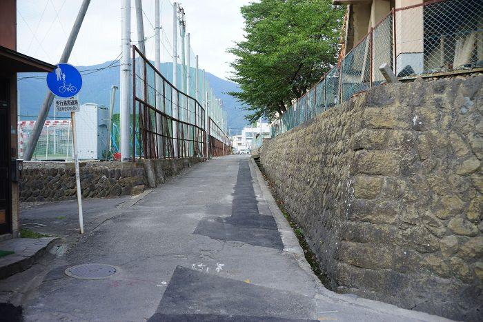 上田高校とグラウンドの間の通路